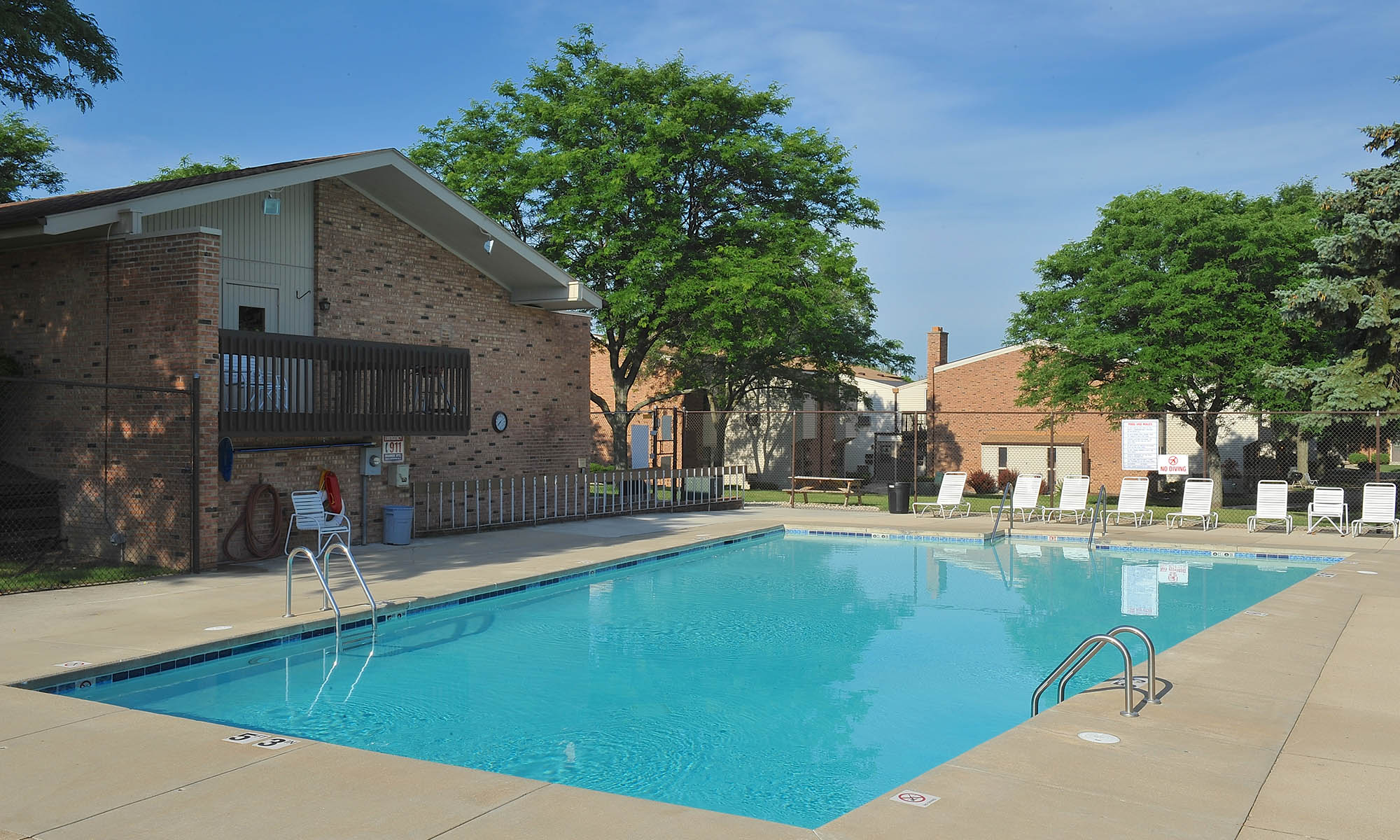 Greenfield wi apartments briarwick apartments for Garden pool apartments west allis wi